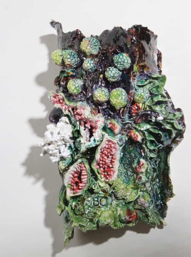 Ecorce verte figues et boules, 2019 Céramique 17 x 44 x 29 cm, BC-1927 ©BACHELOT&CARON