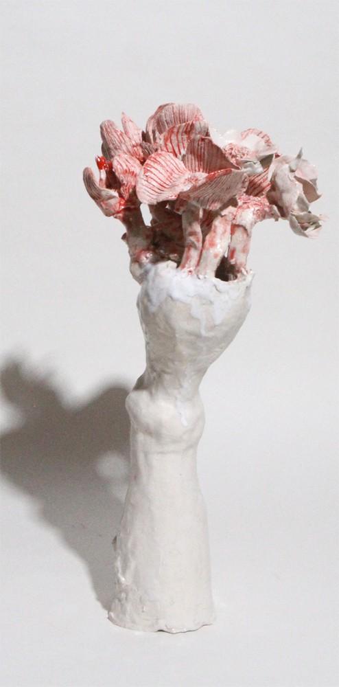 Vase moyen mince blanc fleurs rouges, 2019 Céramique 38 x 20 cm, BC-1929 ©BACHELOT&CARON