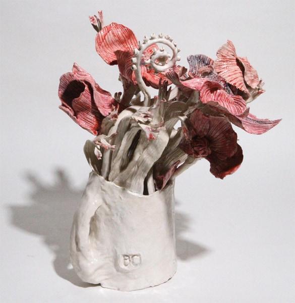 Vase moyen blanc fleurs rouges et bleues, 2019 Céramique 36 x 38 cm, BC-1930 ©BACHELOT&CARON (collection privée)
