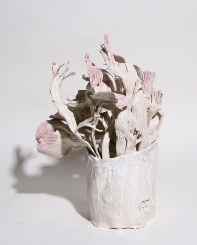 Vase moyen blanc pointes roses et fleurs boule blanche, 2019 Céramique 36 x 33 cm, BC-1941 ©BACHELOT&CARON