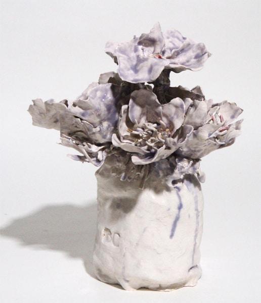 Petit vase blanc fleurs violettes, 2019 Céramique 31 x 25 cm, BC-1942 ©BACHELOT&CARON