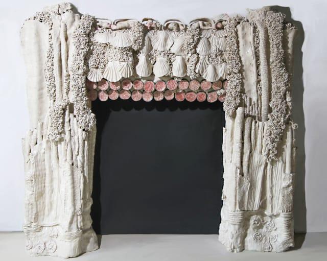« Cheminée aux paresseux », 2020  Habillage décoratif, sculpture céramique,153 x 171,5 cm ©BACHELOT&CARON (collection privée)