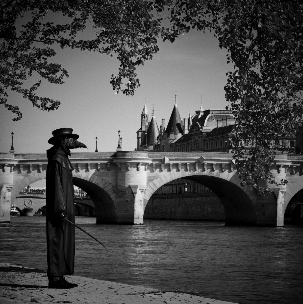 Docteur Peste, Pont Neuf, Paris, mars 2020 Fine Art print sur papier Hahnemühle 25 x 25 cm, SG-DP04 ©STEPHAN GLADIEU