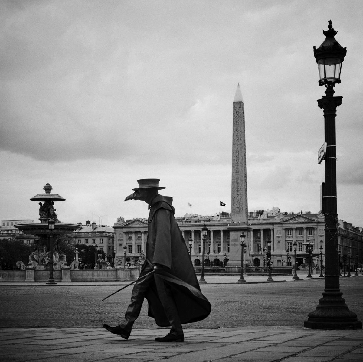 Docteur Peste, Place de la Concorde, Paris, mars 2020 Fine Art print sur papier Hahnemühle 25 x 25 cm, SG-DP09 ©STEPHAN GLADIEU