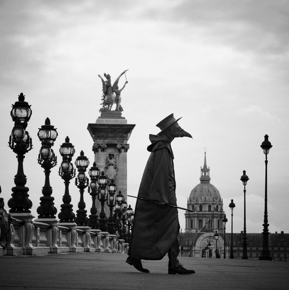 Docteur Peste, Pont Alexandre III, Paris, mars 2020 Fine Art print sur papier Hahnemühle 25 x 25 cm, SG-DP10 ©STEPHAN GLADIEU