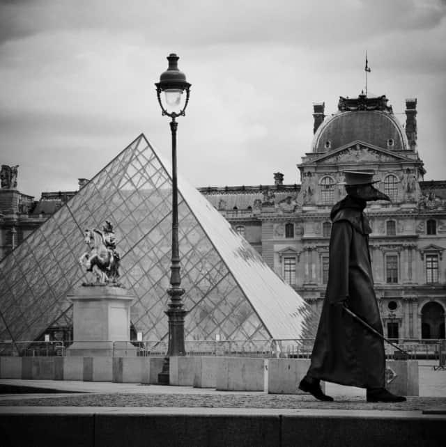 Docteur Peste, Pyramide du Louvre 2, Paris, mars 2020 Fine Art print sur papier Hahnemühle 25 x 25 cm, SG-DP11 ©STEPHAN GLADIEU