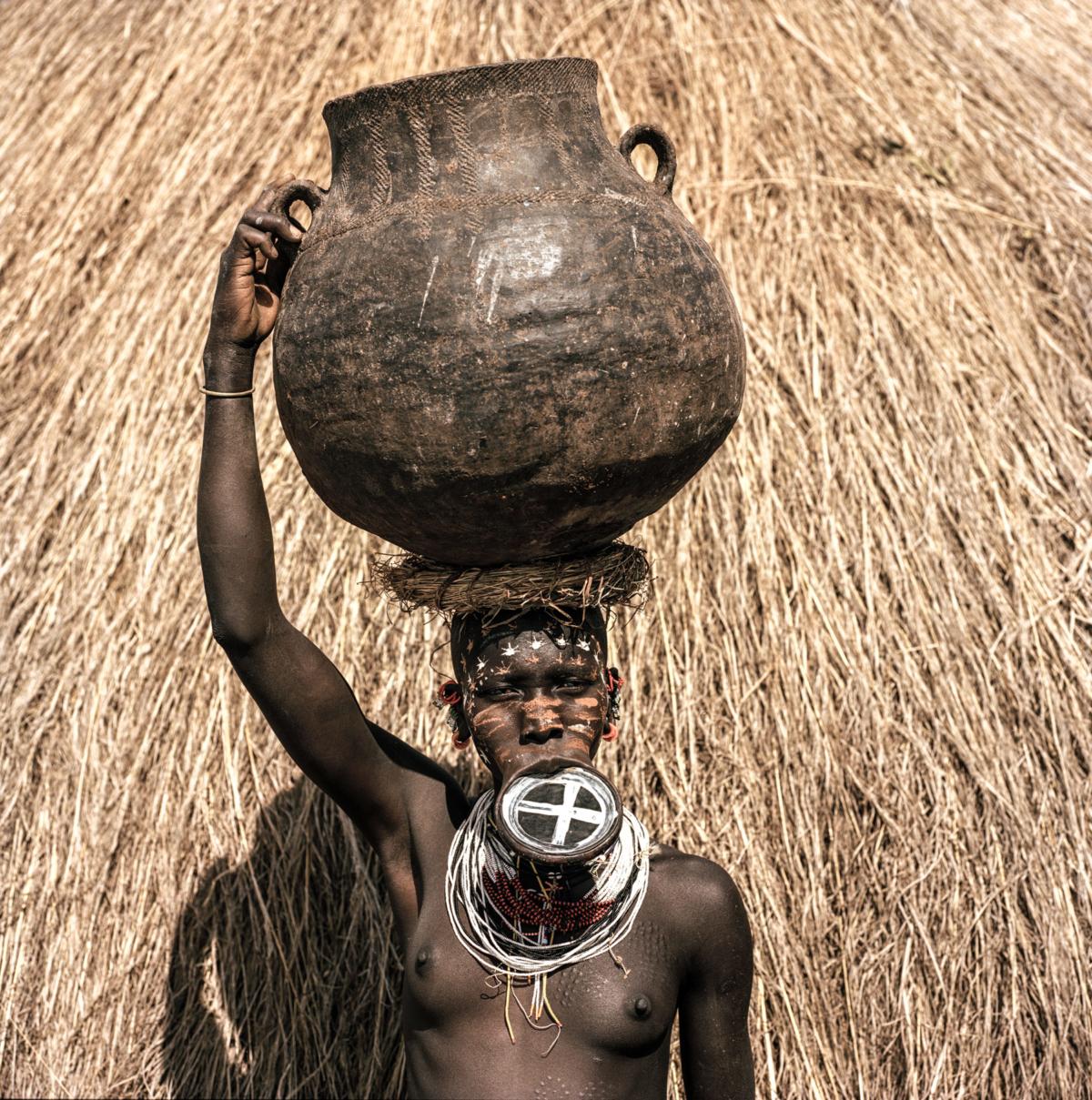 Surmas #4, Ethiopie, 2011 Photographie Fine Art print sur papier Hahnemühle 100 x 100 cm, SG-SU04 ©Stephan Gladieu