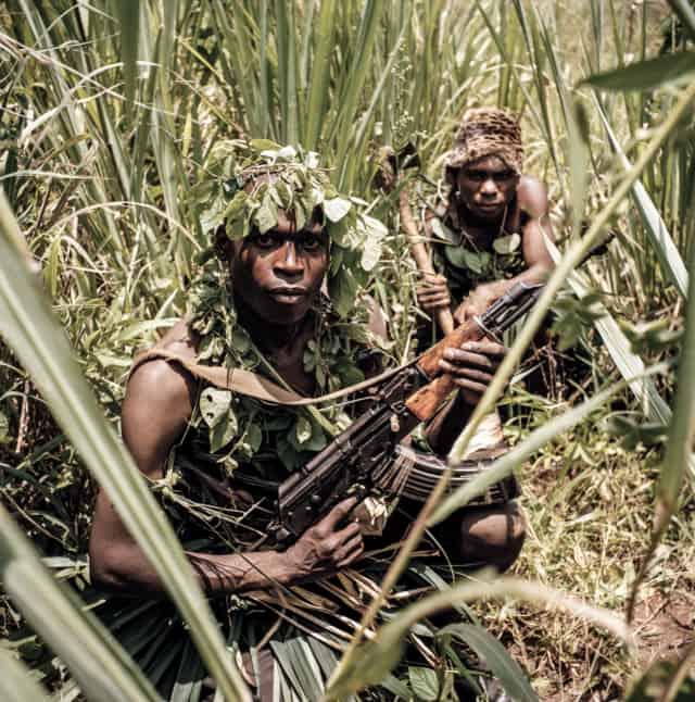 Maï-Maï #03, Congo 2006, Photographie Fine Art print sur papier Hahnemühle 100 x 100 cm, SG-MM03 ©Stephan Gladieu