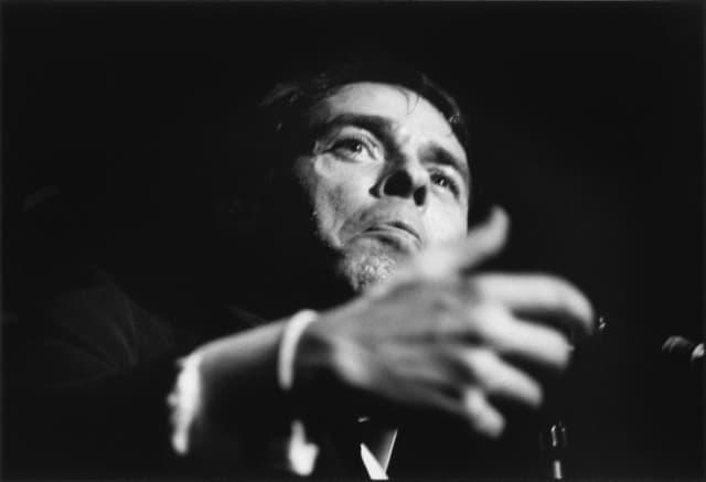 Jacques Brel, chanteur, au théâtre Gérard Philippe, Saint Denis, décembre 1966, GC-00105-37 ©Fondation Gilles Caron