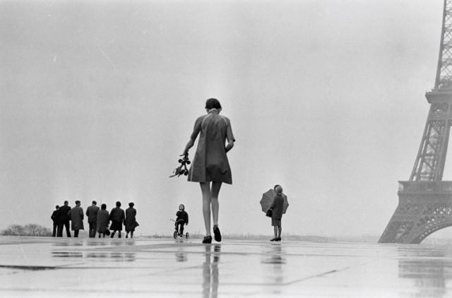 Twiggy, mannequin britannique, Place de Trocadéro, Paris, mars 1967, GC-00933-09A ©Fondation Gilles Caron
