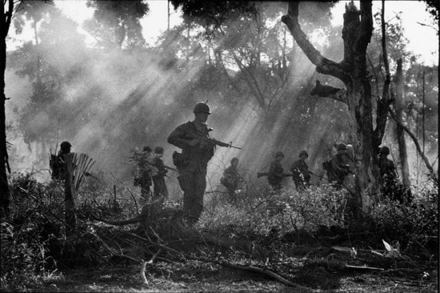 Patrouille américaine de la 173 ème brigade aéroportée, vallée de A Shau, Sud Vietnam, décembre 1967, GC-06039-14A ©Fondation Gilles Caron