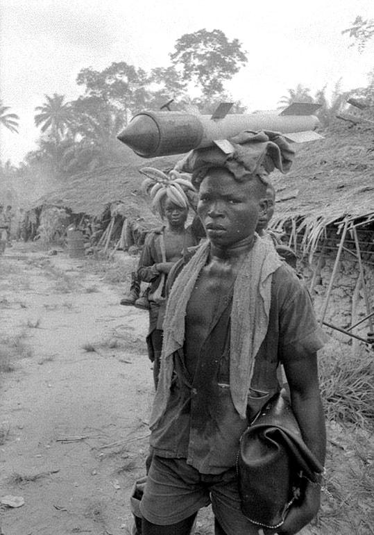 Roquettes de fabrication locale, Sécession de la province du Biafra, Nigéria, avril 1968, GC-7875-11 ©Fondation Gilles Caron