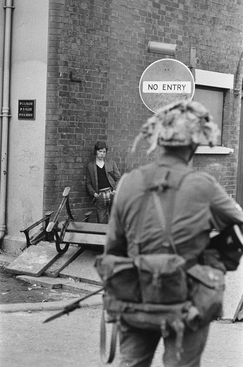 Un jeune catholique observe un soldat britanique, Londonderry, Irlande du Nord, aout 1969, GC-16416-12 ©Fondation Gilles Caron