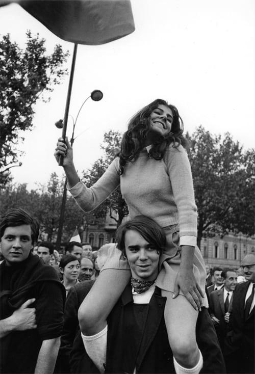 Manifestation gaulliste, avenue des Champs Elysées, Paris, 30 mai 1968, GC_08649_18A19 ©Fondation Gilles Caron