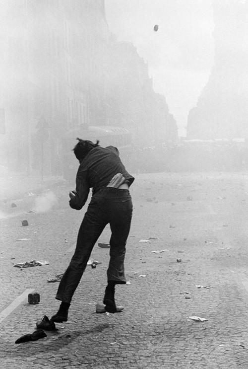 Le lanceur de pavé, rue Saint Jacques, Paris, 6 mai 1968, GC-NC31 ©Fondation Gilles Caron