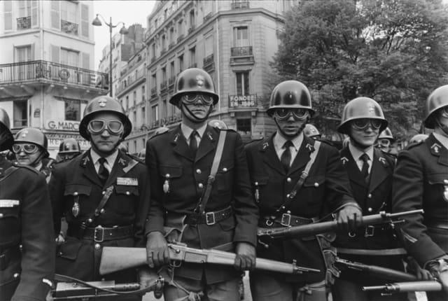 Premiers affrontements entre CRS et étudiants, boulevard Saint Germain, Paris 6 mai 1968 GC-08066-30 ©Fondation Gilles Caron