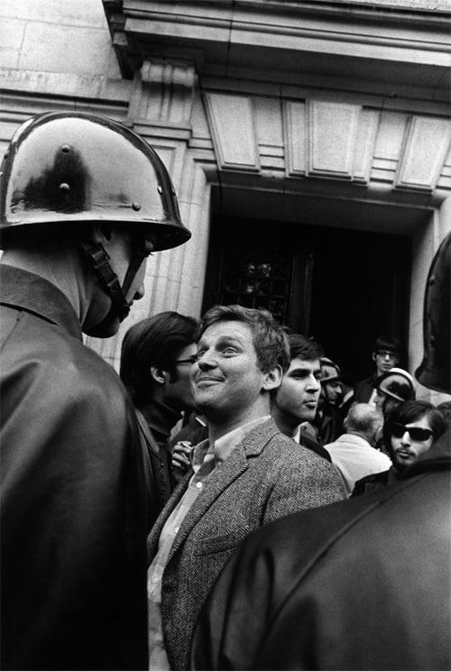 Daniel Cohn Bendit devant des CRS à la Sorbonne, Paris, mai 1968 GC-NC-13-017 ©Fondation Gilles Caron
