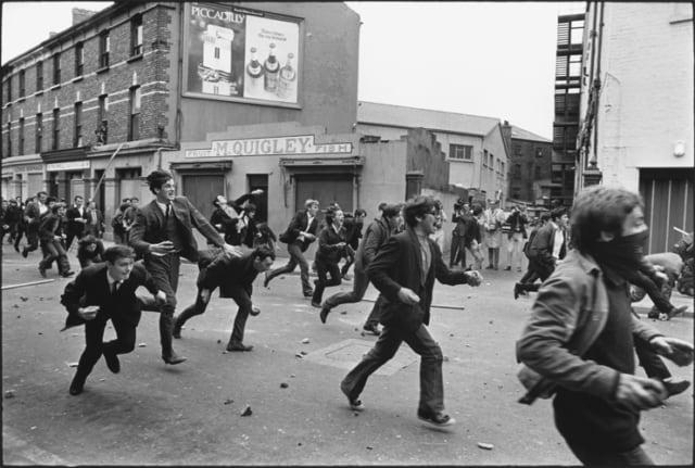 Un groupe de manifestants catholiques avance sur la police, Londonderry, Irlande du Nord, août 1969, GC-16372-20A ©Fondation Gilles Caron