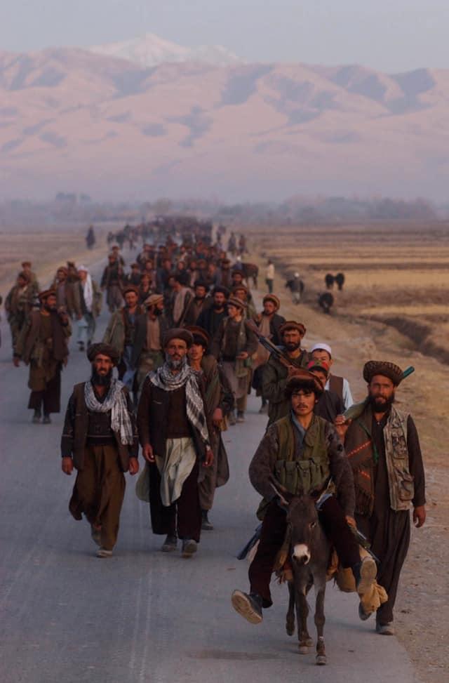 Troupes de l'Alliance du Nord au petit matin avançant vers la ligne de front, ville de Kunduz, nord de l'Afghanistan, Afghanistan, novembre 2001 ©James Hill