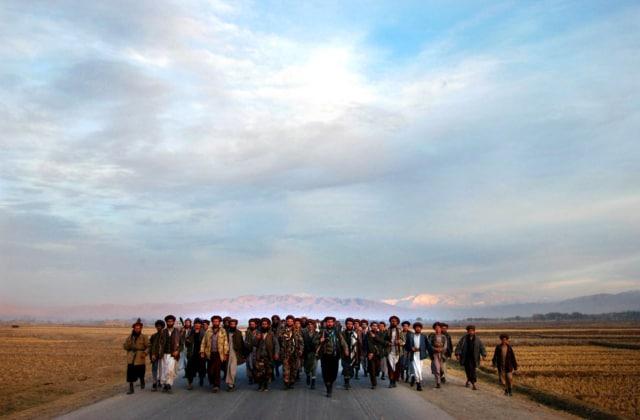 Troupes de l'Alliance du Nord quittant la ville de Taloqan pour avancer vers la ligne de front, ville de Kunduz, Afghanistan, novembre 2001 ©James Hill