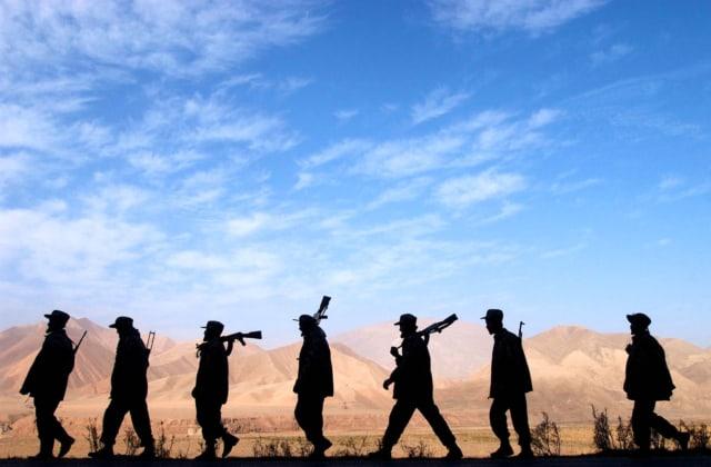 Soldats de l'Alliance du Nord en poste sur la ligne de front de Bangi, Afghanistan, novembre 2001 ©James Hill