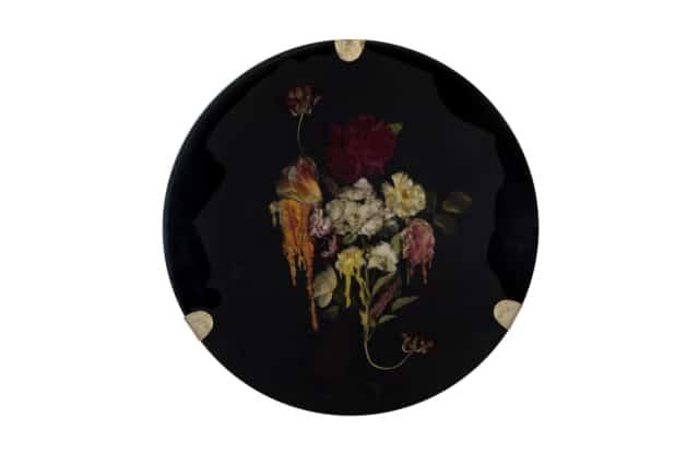 À l'aube du crépuscule I Composition florale, cire et résine époxy noire, laiton Disque diamètre 59 cm, DA18-11 ©Duy Anh Nhan Duc