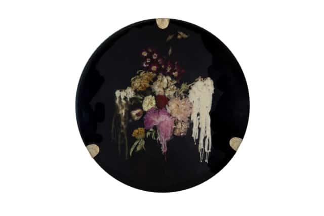 À l'aube du crépuscule II Composition florale, cire et résine époxy noire, laiton Disque diamètre 59 cm, DA18-12 ©Duy Anh Nhan Duc