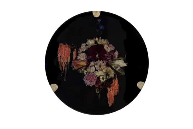 À l'aube du crépuscule III Composition florale, cire et résine époxy noire, laiton Disque diamètre 59 cm, DA18-13 ©Duy Anh Nhan Duc