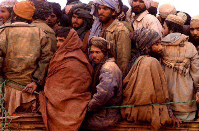 Convoi de prisonniers de guerre, route entre Kunduz et Mazar-i Sharif, Afghanistan, novembre 2001 ©James Hill