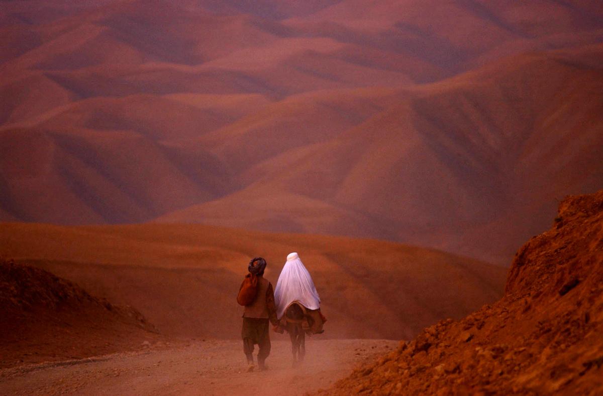 Couple parcourant les montagnes du Badakhshan, Afghanistan, 2001 ©James Hill