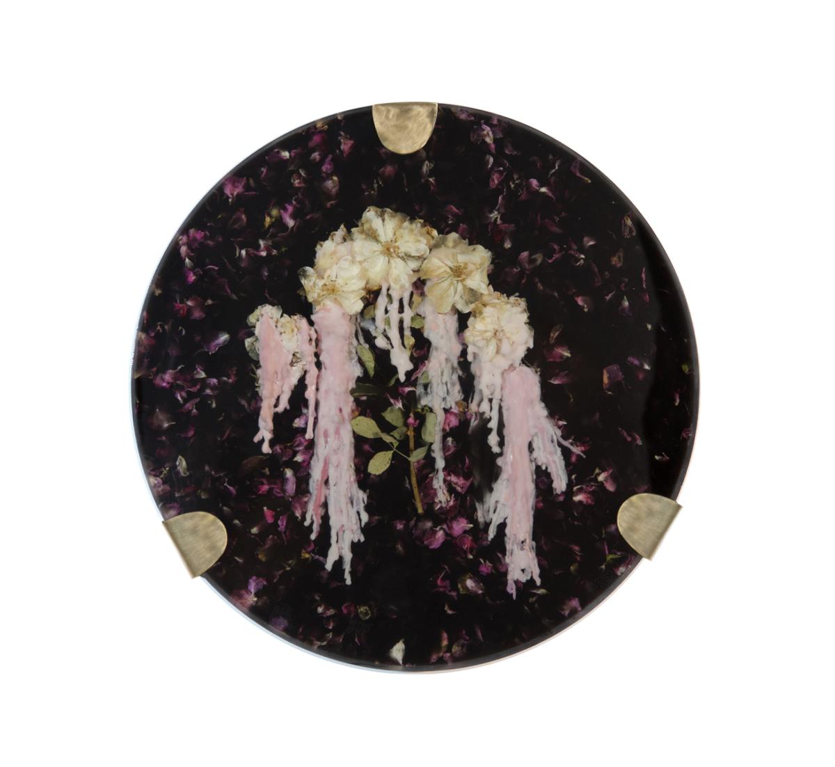 Elixir II, 2018 Composition florale, cire et résine époxy noire, laiton H 40 cm, DA18-15 ©Duy Anh Nhan Duc