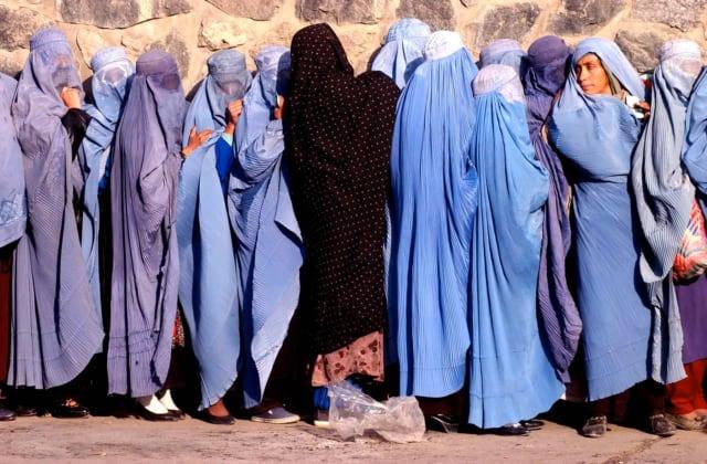 Femmes faisant la queue pour une distribution de blé, Kaboul, Afghanistan, décembre 2001 ©James Hill