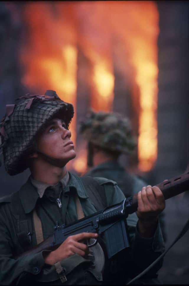 Un soldat britannique devant un immeuble en feu, Irlande du Nord, août 1969, GC-IR001 ©Fondation Gilles Caron