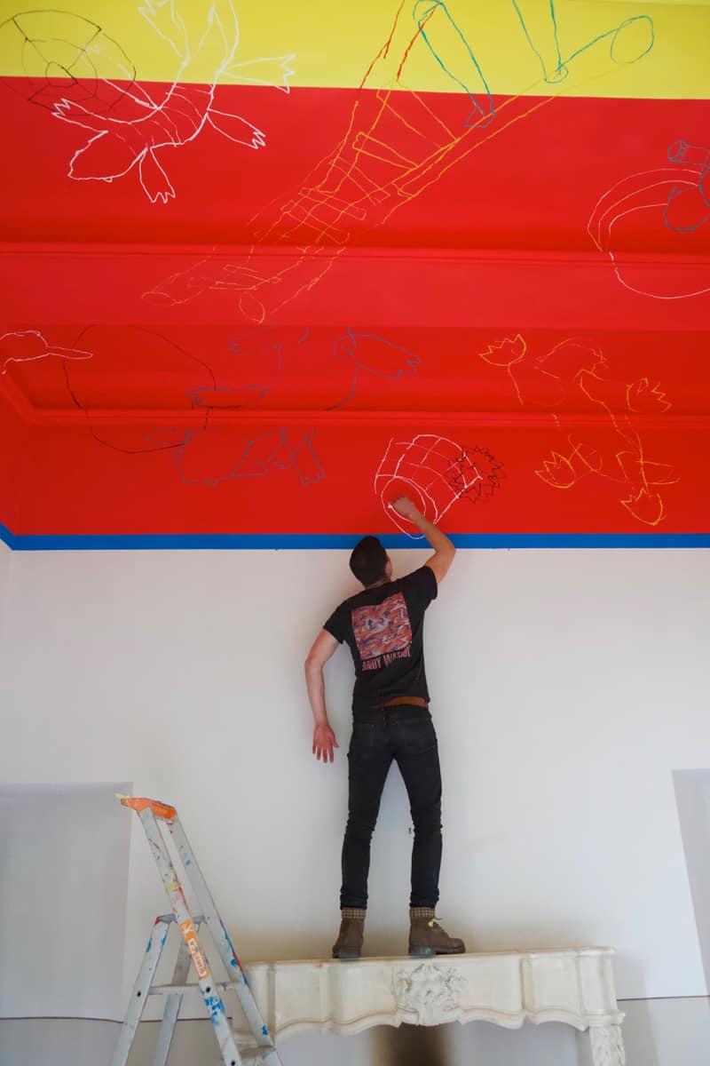 Rochegaussen réalisant le plafond de Pierre Yovanovitch au Château de Fabrègues