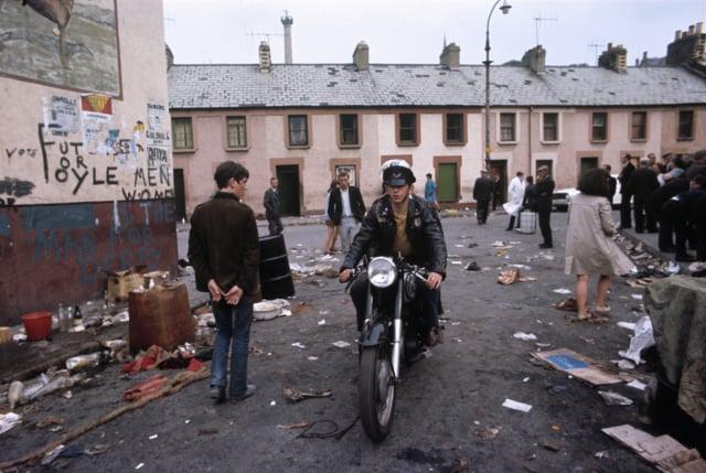 Manifestation des catholiques, Londonderry, Irlande du Nord, août 1969, GC-IR270 ©Fondation Gilles Caron