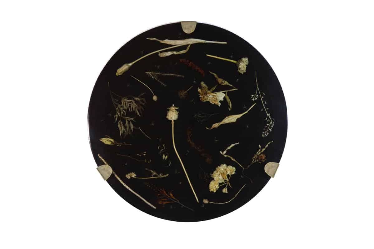 Onde nocturne I, 2018 Composition florale, cire et résine époxy noire, laiton Diam 60 cm, DA18-17 ©Duy Anh Nhan Duc