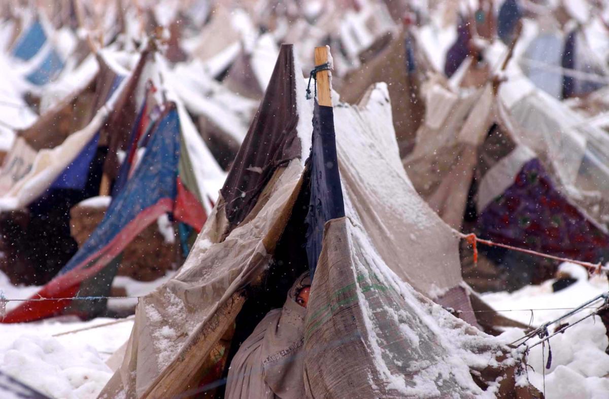 Première neige, camp de réfugiés à la périphérie de Mazar-i Sharif, Nord de l'Afghanistan, décembre 2001 ©James Hill