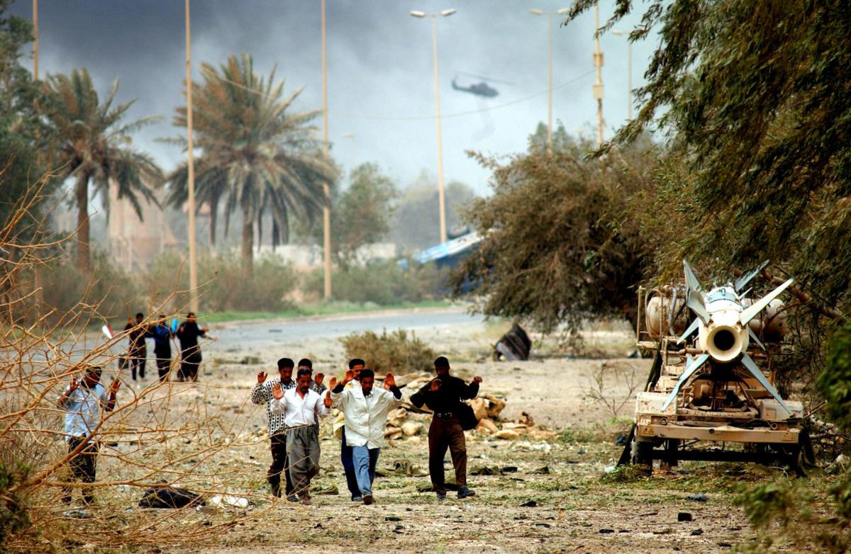 Irakiens se rendant aux forces américaines, Irak, avril 2003 ©James Hill