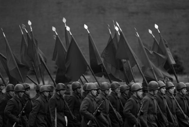 Soldats vêtus d'uniformes de la Seconde Guerre Mondiale l'ors d'une répétition de défilé sur la Place Rouge, Russie, 2007 ©James Hill