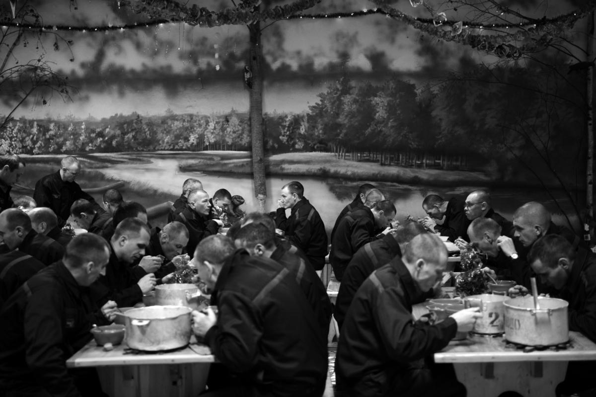 Déjeuner des prisonniers, Prison #7, Novgorod, sud de Saint-Pétersbourg, décembre 2008 ©James Hill