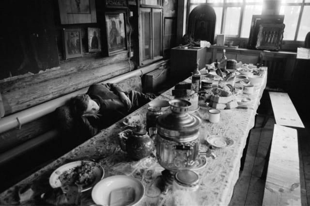 Sieste digestive après un repas bien arrosé ©James Hill