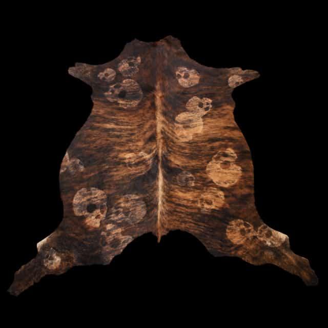 Skinskulls, 2013 Dessin au rasoir sur peau de vache 200 x 190 cm ©Ghyslain Bertholon