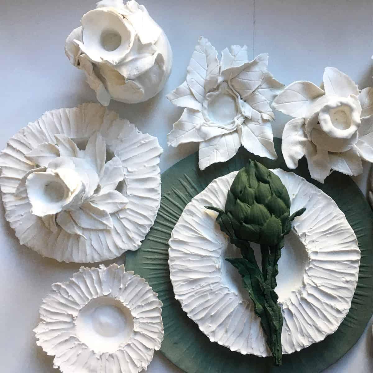 Plats et bougeoirs en porcelaine ©Virginie Boudsocq