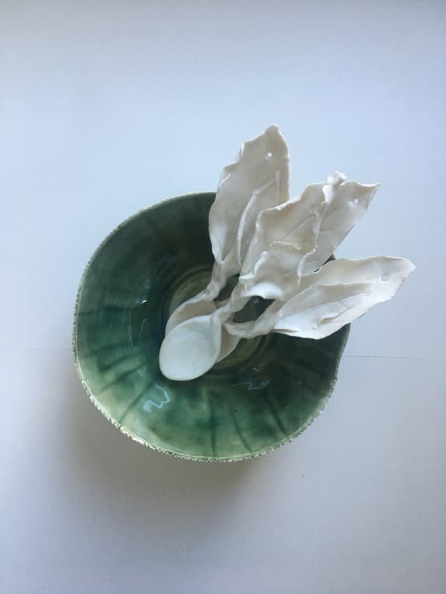Bol et cuillères en porcelaine ©Virginie Boudsocq