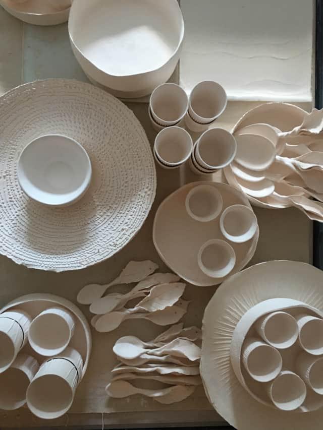Plats, assiettes, tasses et cuillères en porcelaine ©Virginie Boudsocq