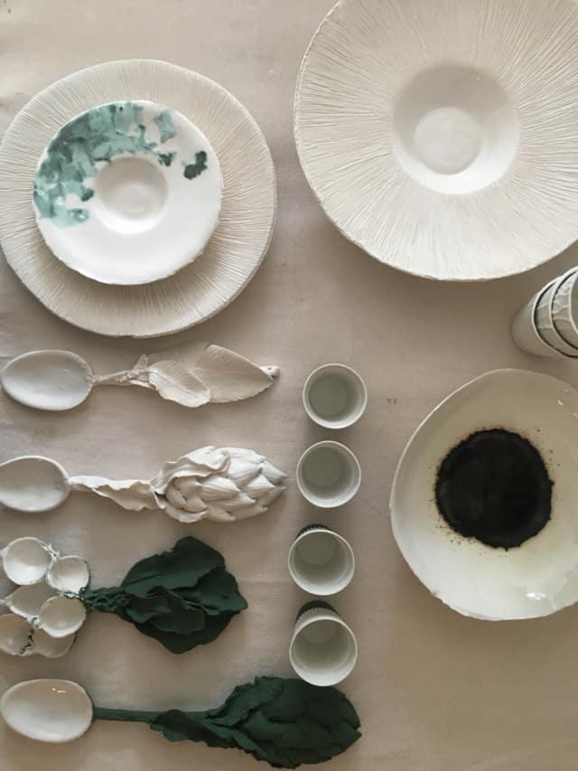 Plats, assiettes, bols et cuillères en porcelaine ©Virginie Boudsocq