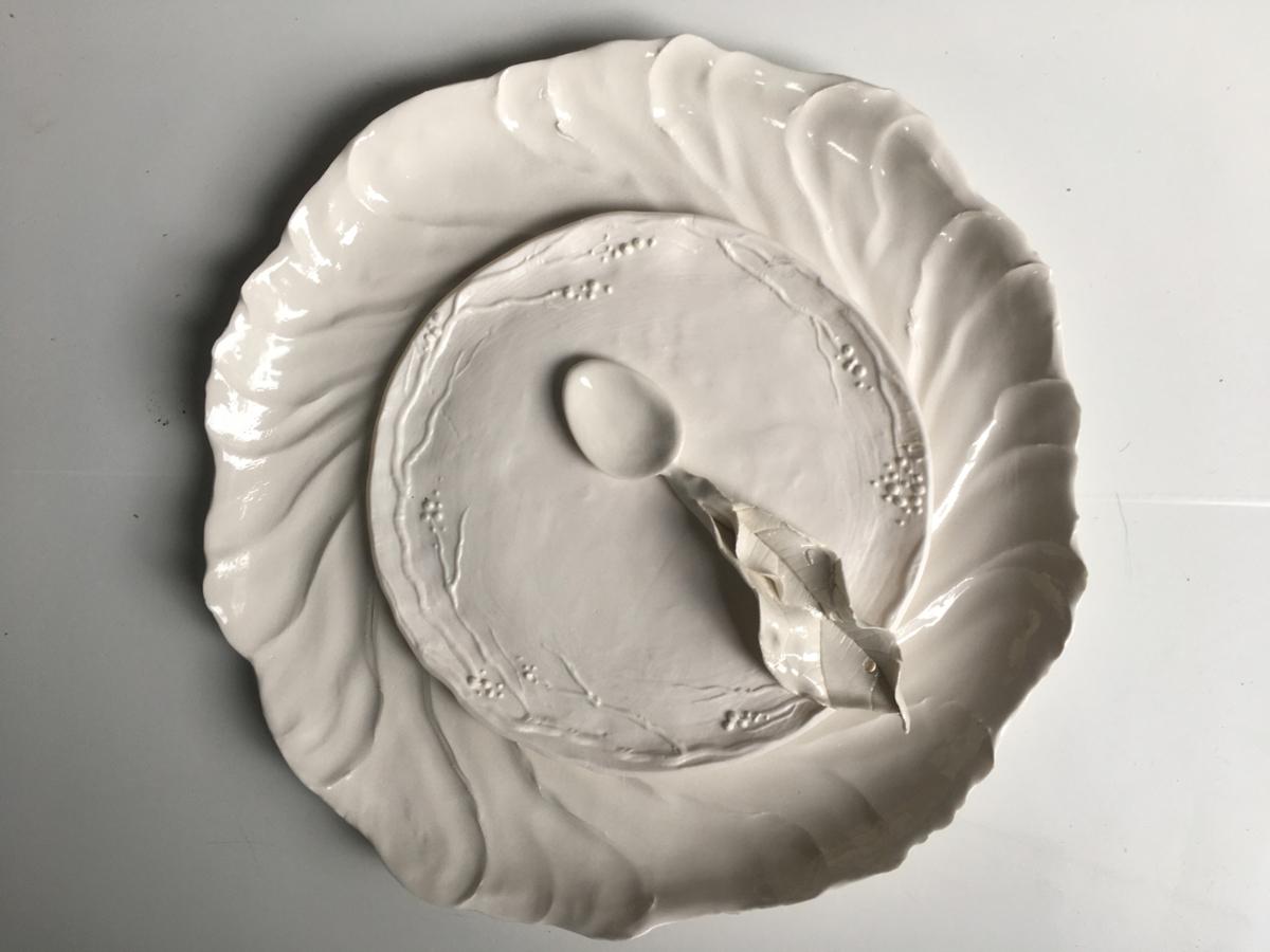 Plat, assiette et cuillère en porcelaine ©Virginie Boudsocq