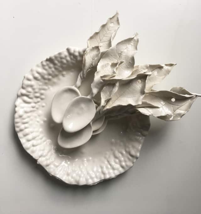 Assiette et cuillères en porcelaine ©Virginie Boudsocq