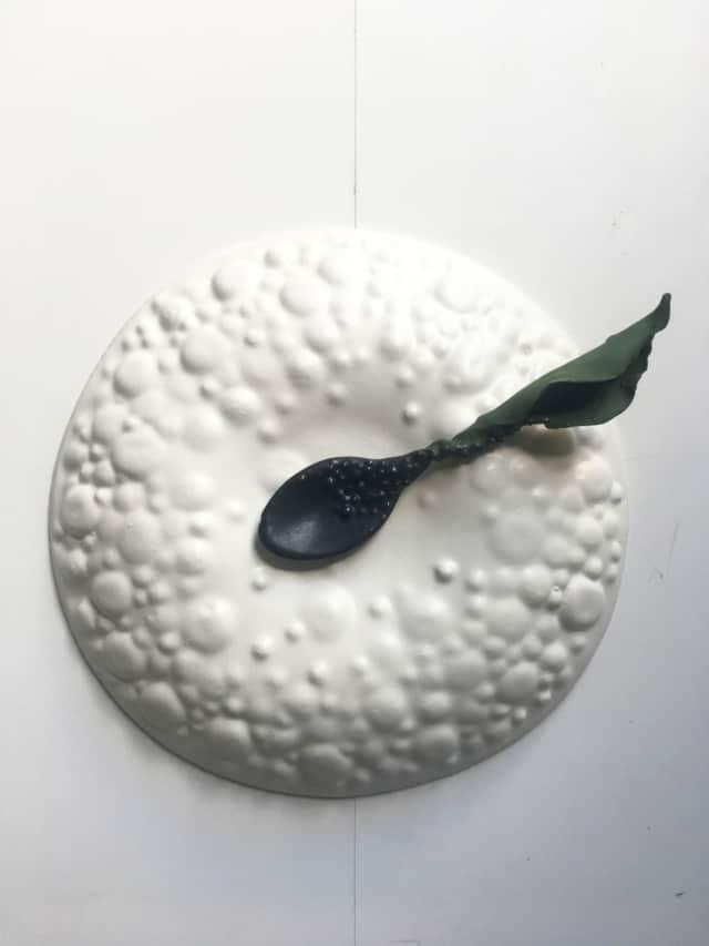 Assiette recto/verso et cuillère en porcelaine ©Virginie Boudsocq
