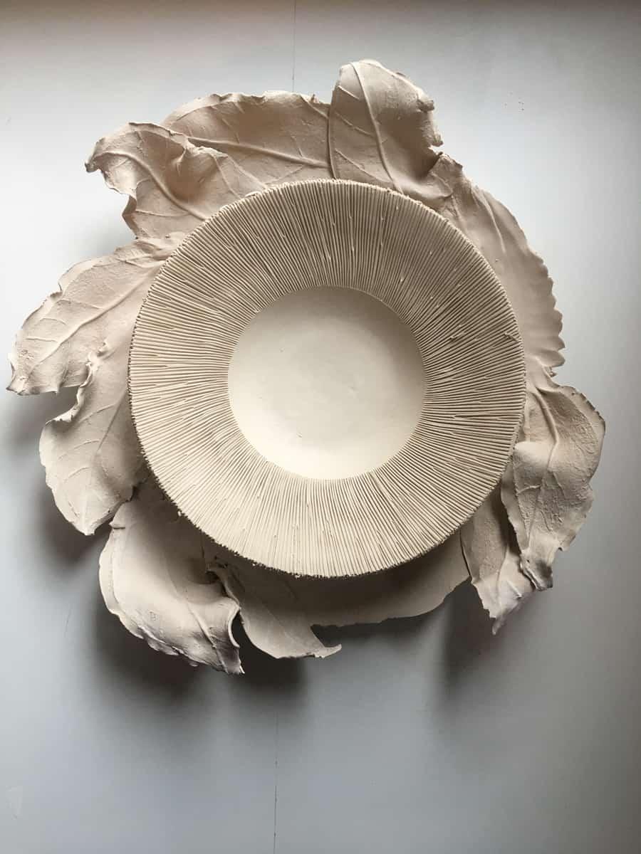 Set feuilles et assiette champignon et plat, porcelaine ©Virginie Boudsocq
